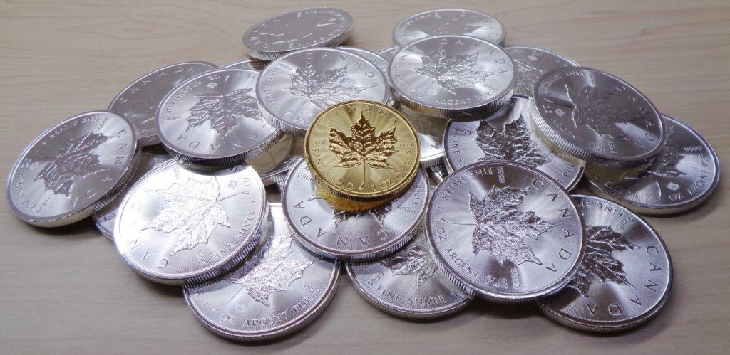 銀貨の山と金貨